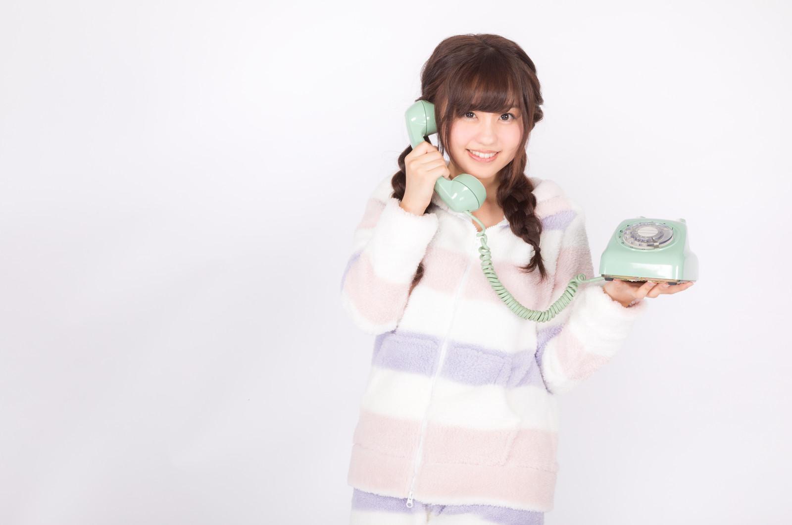 電話を使って占いをしている女性の画像